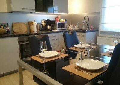 s10 DG Küche neue stühle gedeckter Tisch