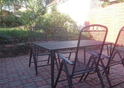 P 116 Garten mit Stühlen