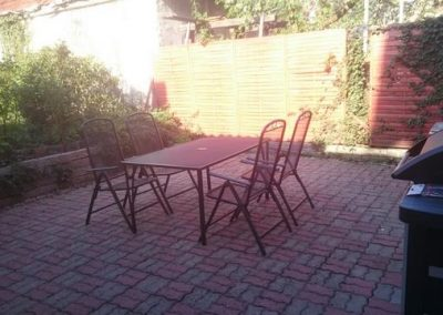 P 116 Garten mit Stühlen und Grill