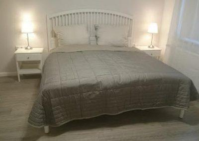 Bett mit Nachttischlampen und Fenster