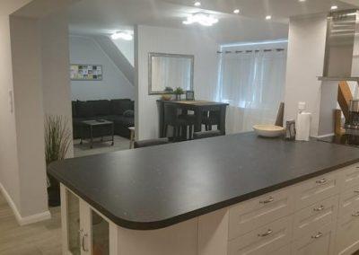 Blick von Küche ins Wohnzimmer scharf