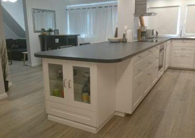 Küche und Wohnzimmer scharf