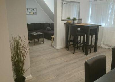 Wohnzimmer mit Bar und Couch